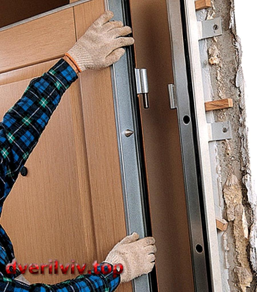 Як навісити вхідні двері на петлі